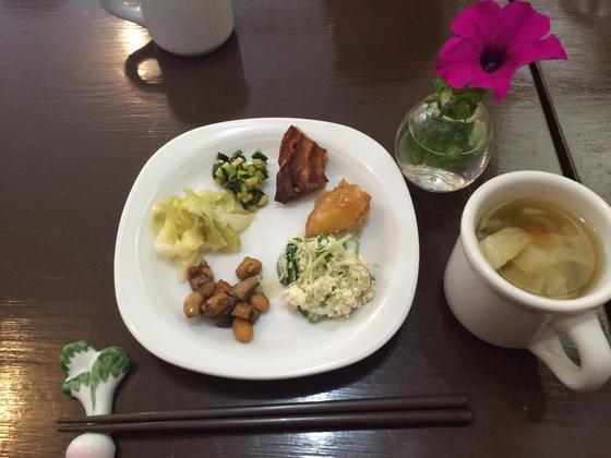 小川町の有機野菜を用いた料理をバイキング形式で食べられます。