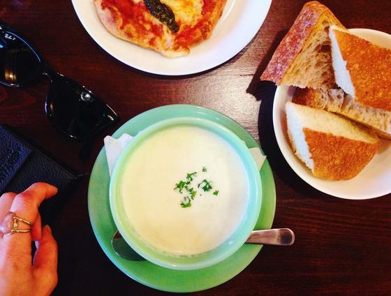 こちらでオススメなのがスープセット。その時によってスープは変わります。この時はカブのポタージュだったけど当たりでした!優しい味で美味しかった!プラス100円でどっさりパンがセットになるのでコスパが良くてびっくり!