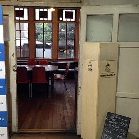 カフェは玄関目の前の元教員室