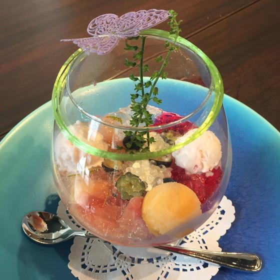 ⚫︎白桃とシソのパフェ  キャビアジュレのプチプチとした食感 ¥1300