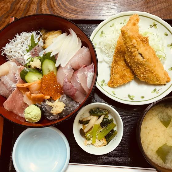 この日の海鮮丼。いつも内容が違う素晴らしい丼です。追加でアジフライも。アジフライはこれは半分です。一人前は4枚。この日は2枚テイクアウトにしました。