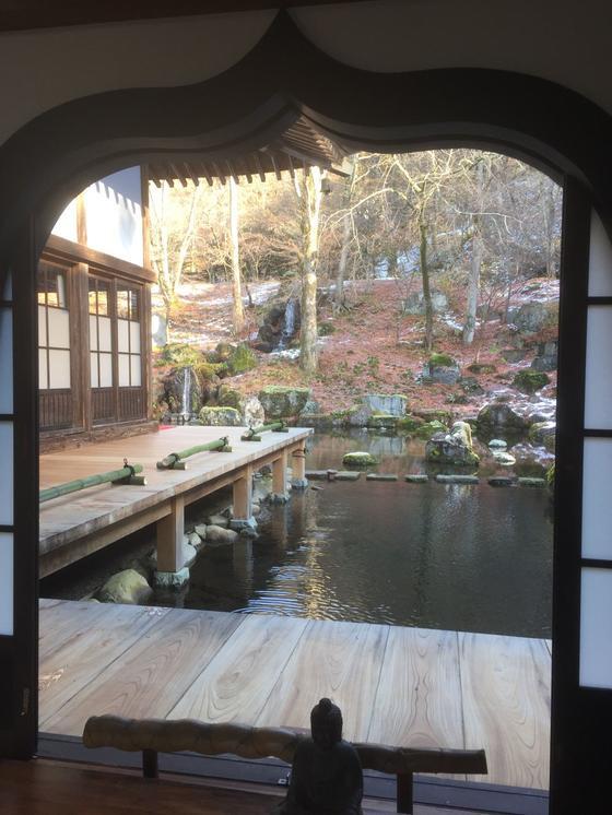 境内から見える裏庭の様子