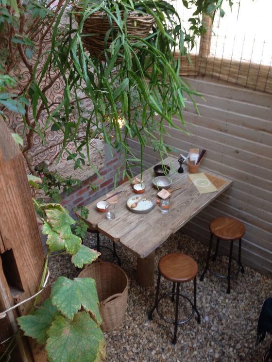 店内奥はサンルームの様な作りで地面が石なので外で食べている様な開放感ある席でお気に入り。