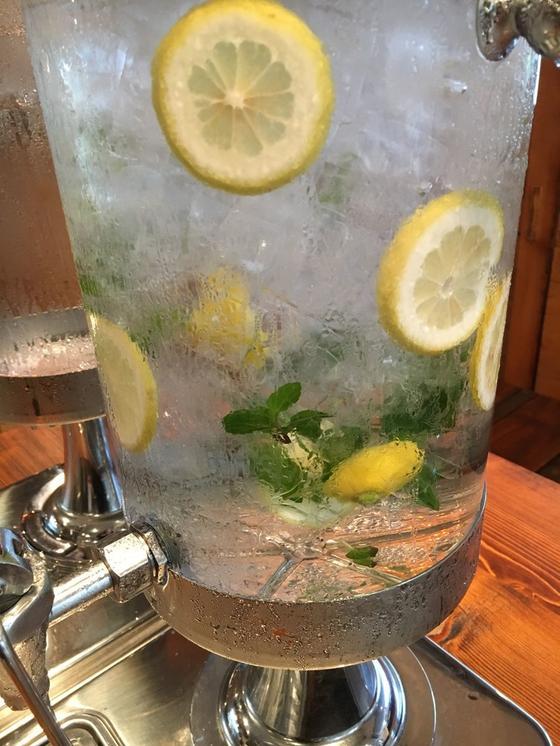 ご自由にお飲みください、のレモン水