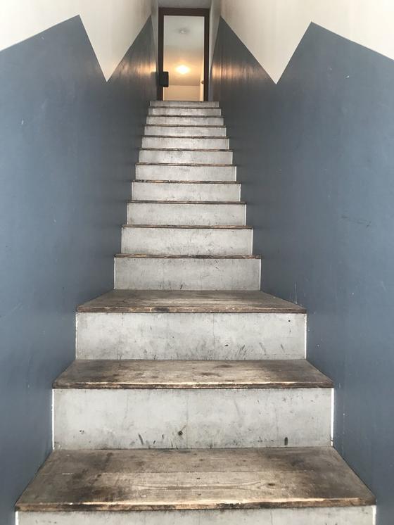 この階段を上るとお店!