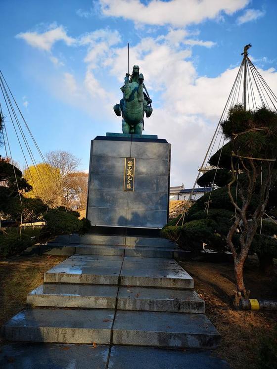 霞城公園の最上義光の銅像 前から