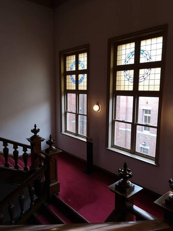 階段とステンドガラス