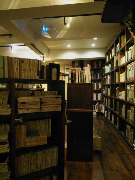 所狭しと並ぶ古書