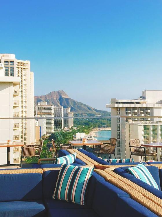 下の階には、人気のバー Sky Waikikiがあります