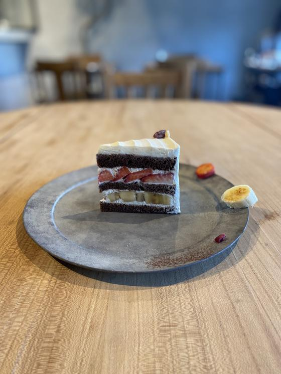 紅ほっぺとバナナのショコラショートケーキ