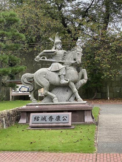 結城秀康の像