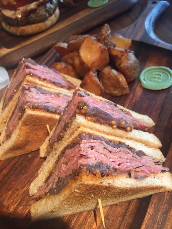 ローストビーフのサンドイッチ。