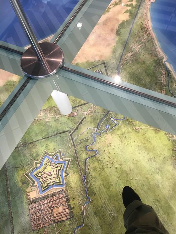 エレベーター前の床はジオラマ