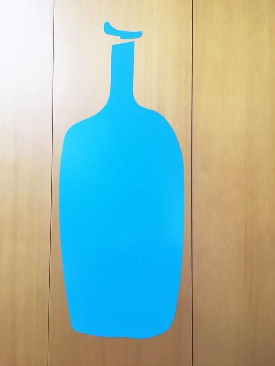 青いボトルのロゴがお出迎え
