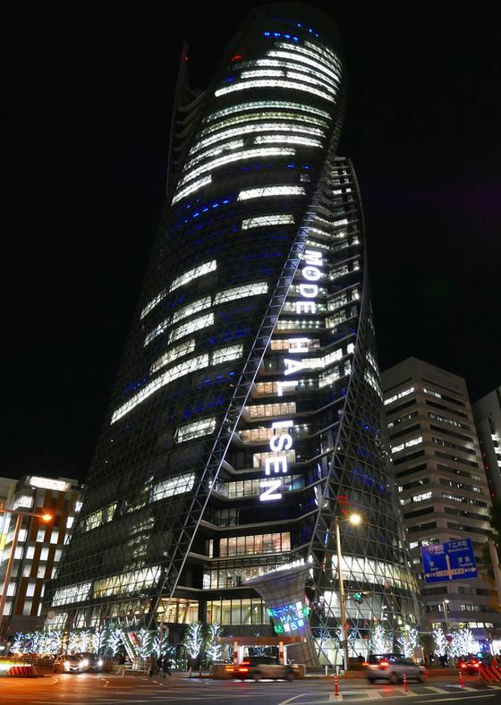 夜のスパイラルタワー