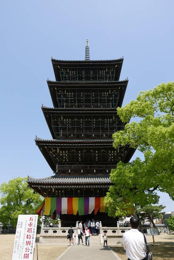 古くて巨大な五重塔