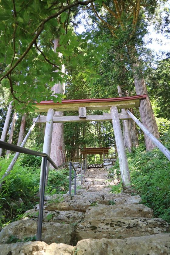 かやぶきの里を見下ろす鎌倉神社