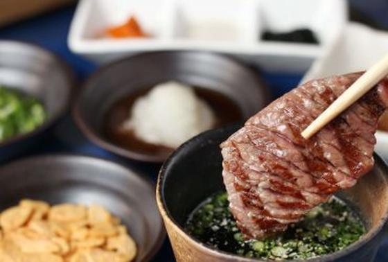 出汁でたべる焼肉 180円 (〆には好きな薬味とお肉でひつまぶし風にも)