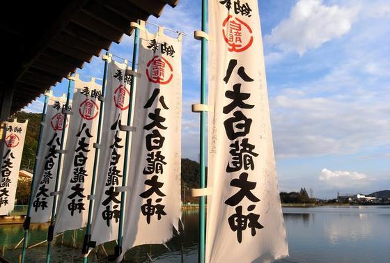池の周辺は神社のスポット