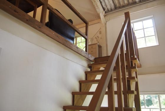 倉庫内に階段