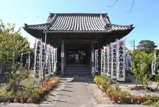 弘法堂は上の段に