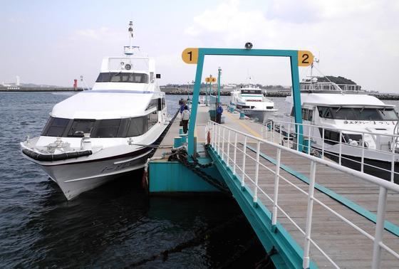 次は向かって左側の船