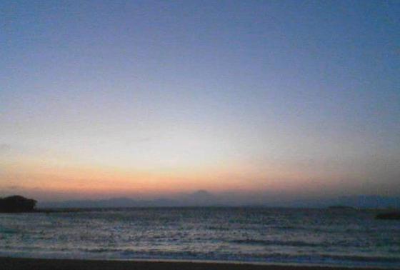 海辺の夕日を眺めてデート終わり。