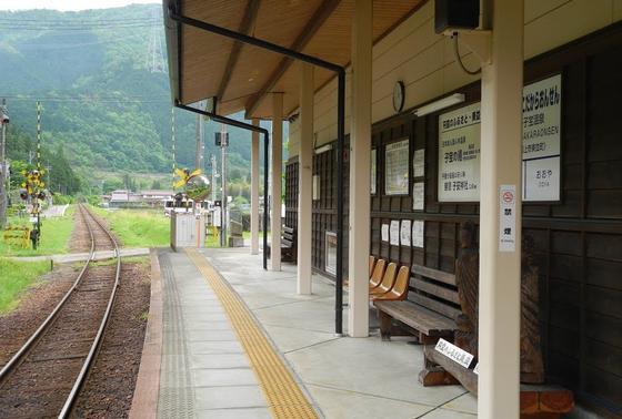 温泉のすぐ横に駅ホーム