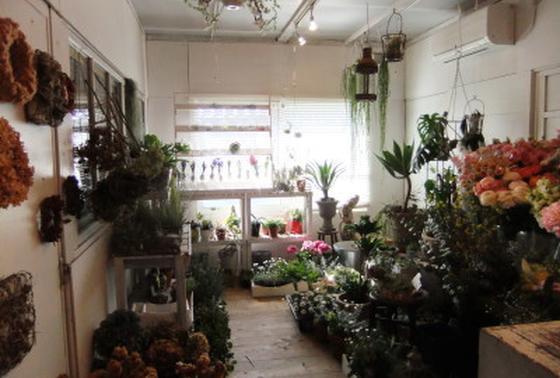 一階の奥にはお花屋さん