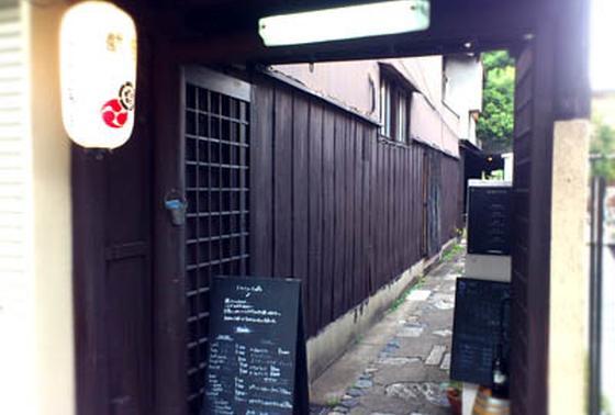 京都らしい細い路地が入り口。