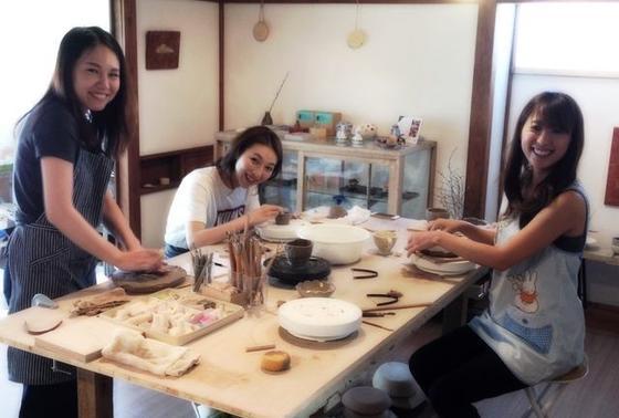 グループで陶芸体験です。