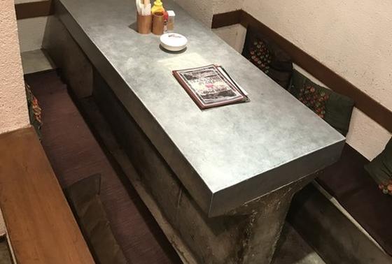 奥にテーブル席が一卓あり
