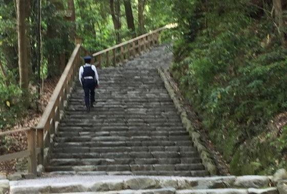 石段を登って