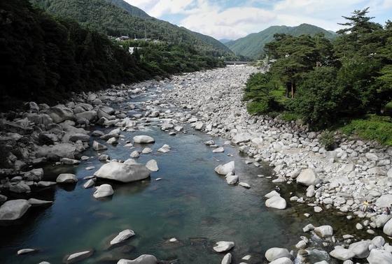 橋の上から見る木曽川の眺め