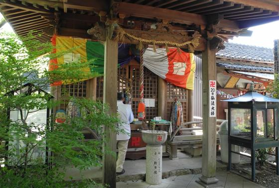 弘法堂は本堂の左側