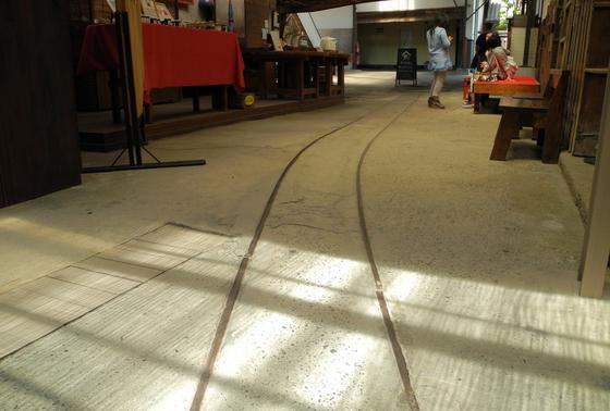 土間には線路がある