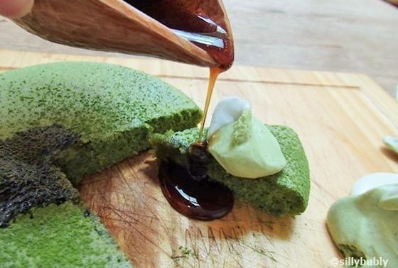 銭湯をリノベーションしたという嵯峨野湯さんは、所々銭湯時代の面影を残すリノベカフェ。ふわぁ〜と抹茶の良い香りを振りまいてやって来たのは「抹茶づくしのパンケーキ」