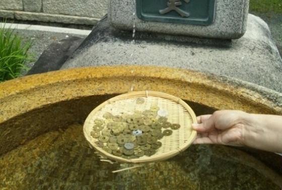 ザルに入れて洗います