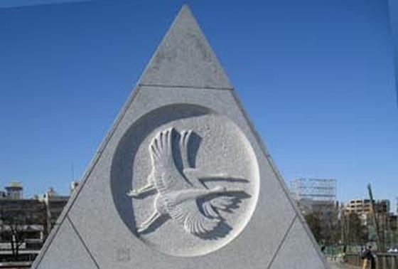 橋の両端に立つオブジェの彫刻は故・平山郁夫画伯のデザイン