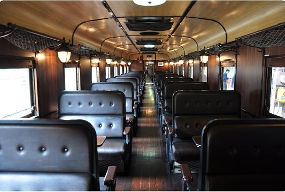 レトロな客車の内装も必見!