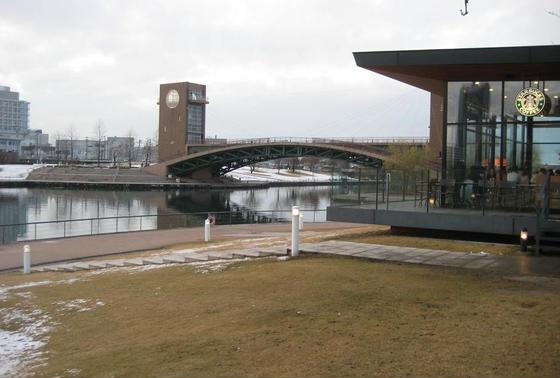 運河を眺めるスタバ