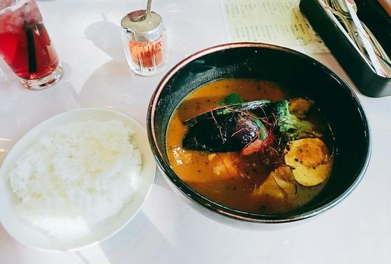 お昼は、道を挟んだオールでスープカレー♪