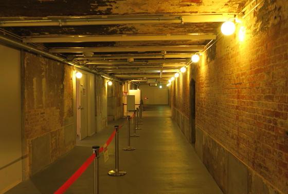 煉瓦の壁の通路