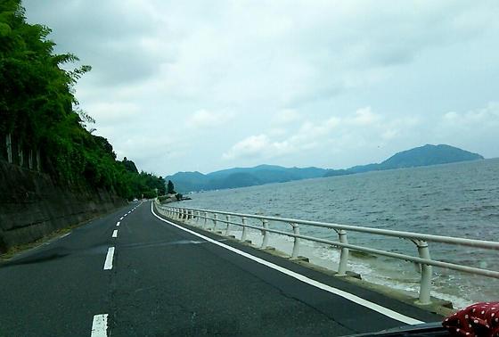 快適な海沿いの道を進みます