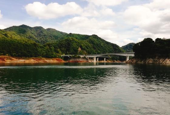 宮ヶ瀬湖を縦断