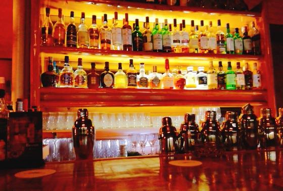 夜はバーで一杯