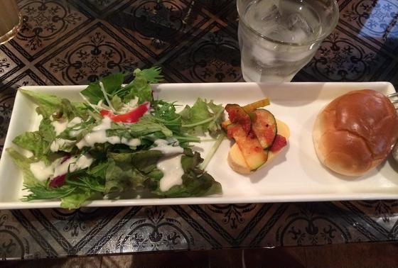 ランチは前菜、パスタ、ドリンクコミで900円