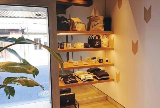 古民家和モダンな外観に近代的なデザインの店内