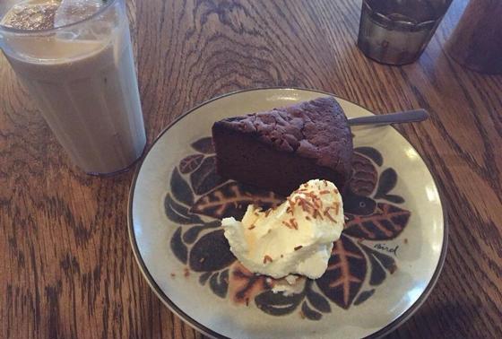 チョコレートケーキとアイスチャイ