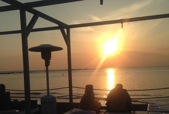 ソファから夕日を眺める